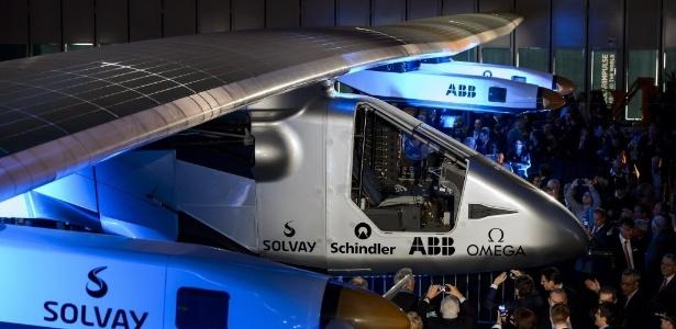 9abr2014---visitantes-observam-e-tiram-foto-do-solar-impulse-2-durante-a-apresentacao-do-veiculo-em-payerne-na-suica-nesta-quarta-feira-9-a-aeronave-experimental-e-movida-a-energia-solar-e-fara-uma-1397073187378_615x30